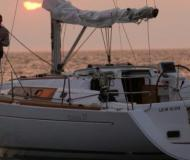 Sailing boat Oceanis 37 for charter in Clifton